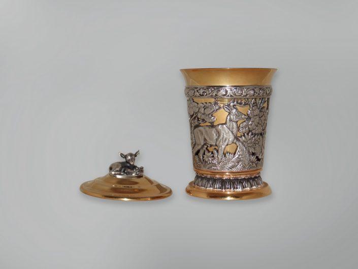 серебряный стакан с крышкой